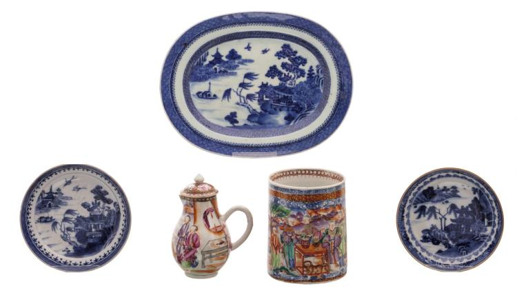 A Chinese mandarin famille rose export porcelain decorated cream jug and brush pot with figures in a landscape, 18thC; added a Chinese blue and white decorated plate and two ditto dishes with a mountainous river landscape, 18thC, H 3,5 - 12,5 cm
