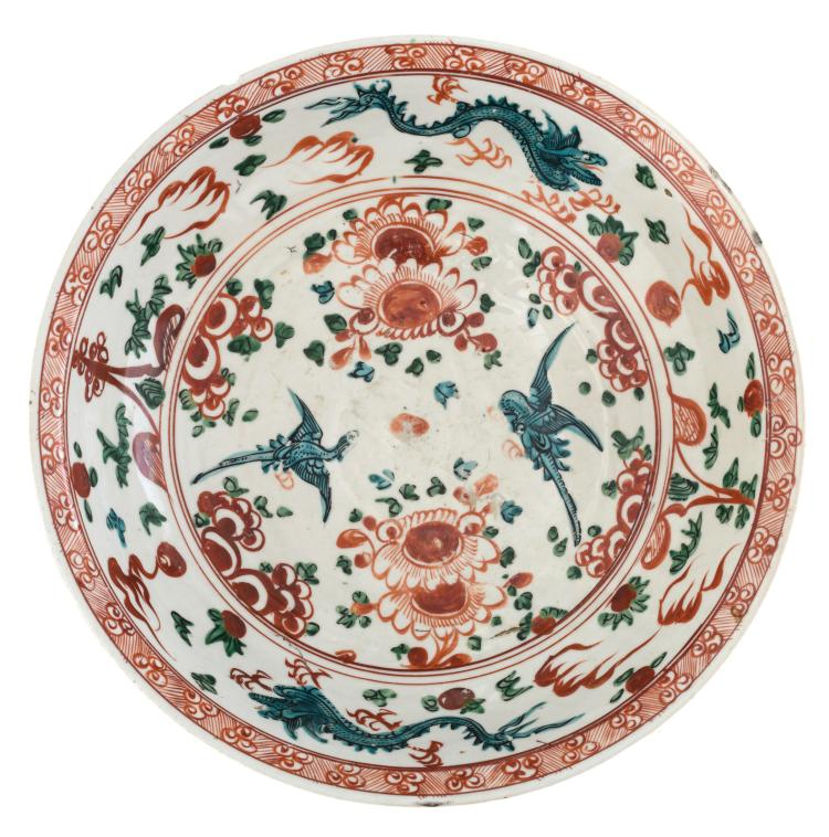 A Chinese Zhangzhou Swatow decorated plate with dragons and phoenix, Ming, ø 38,5 cm