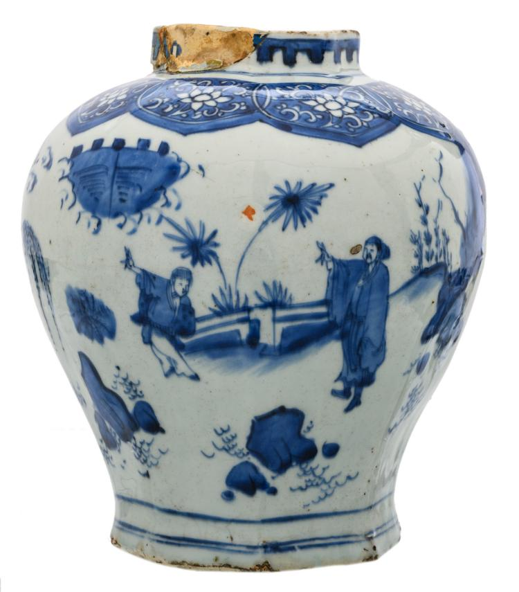 A Chinese blue and white decorated vase with figures in a garden landscape, Wanli, 16th / 17thC, H 22 cm