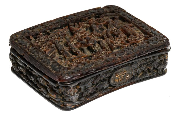 A fine relief decorated chinoiserie tortoise shell snuffbox and cover depicting various scenes with figures in a landscape, with a monogram, about 1900, 7 x 9 cm