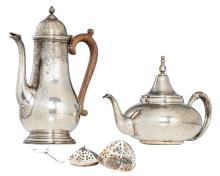 A sterling silver Georgian style coffee pot with wooden grip, H 22,4 cm; added a sterling silver tea pot with a cover that can serve as a table bell, H 15,3 cm; extra added a sterling silver tea egg; total weight silver: 1200 g