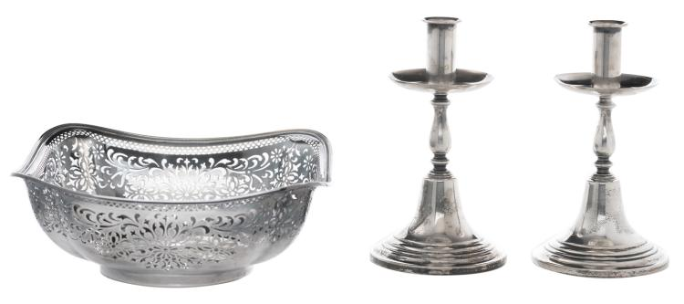 An American sterling silver bread basket, H 9,4 - W 24 cm; added a similar pair of trumpet-shaped candlesticks, H 19 cm - Total weight silver: about 1125g