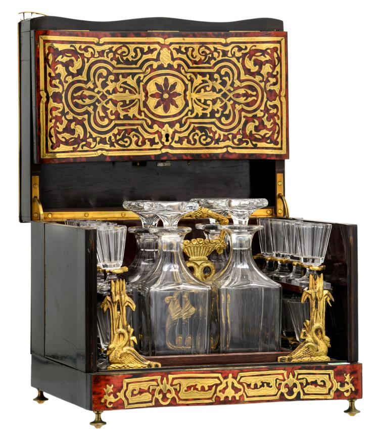 A 19thC Historism Boulle and rosewood cellaret, with four crystal flagons and sixteen goblets, H 26,5 - W 32 - D 24,5 cm