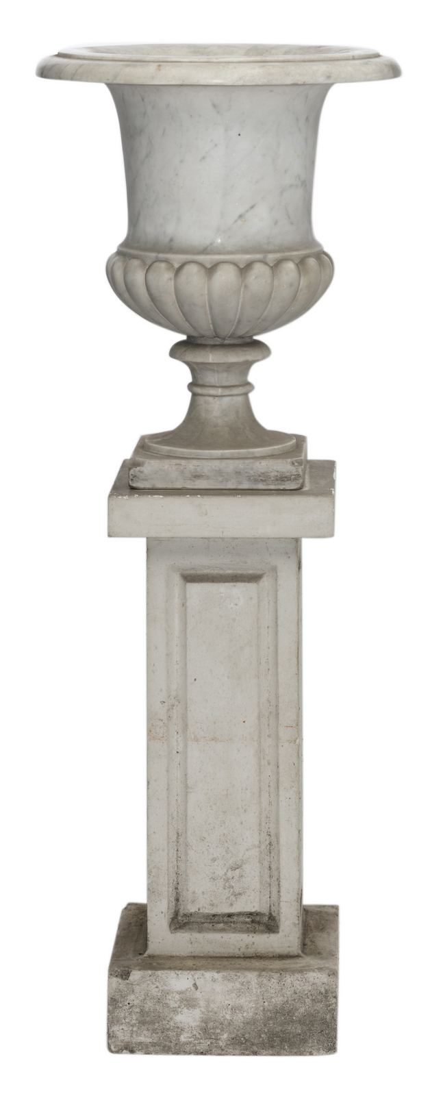 A white marble Medici garden vase on an accompanying reconstituted stone pedestal, H 62 (without pedestal) - 137 cm (with pedestal)