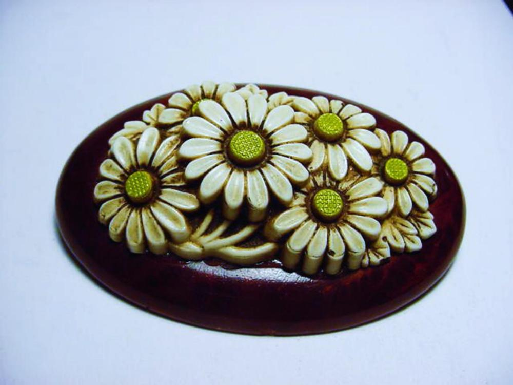 VINTAGE WOOD  CARVED  DAISY  PIN