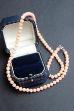 Collier de perles de corail peau d' ange, fermoir en argent