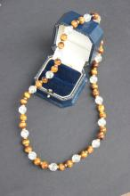 Collier compose de perles en oeil de tigre et quartz monte sur or jaune