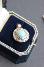 Pendentif en or jaune 14 K orne d' un cabochon de turquoise entoure de diamants taille rose 0,84 ct