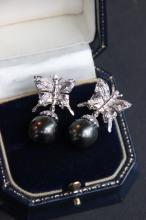 Paire de boucles d' oreilles en or blanc formant des papillons ornes de brillants 0,50 ct et pendants en perles de tahiti