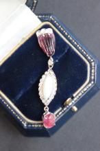 Pendentif en or blanc 9 K orne d' un cabochon d' opale , de brillants 0,30 ct et de tormaline