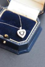 Collier en or blanc 18 K portant un pendentif coeur orne de brillants 0,30 ct