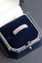 Alliance en or blanc 18 K a demi entourage de diamants 0,70 ct sur trois rangs