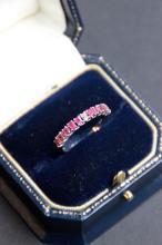 Alliance en or blanc 18 K a demi entourage de rubis 0,60 ct et diamant 0,10 ct