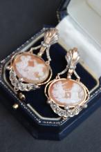 Paire de boucles d' oreilles en or jaune et blanc  14 K ornees de camees figurant des chars antiques et de diamants