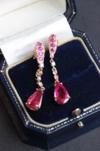 Paire de boucles d' oreilles pendantes en or jaune 18 K composees de rubis 0,50 ct , de diamants 0,45 ct et de pierres rouges