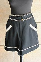 CHANEL  Short en coton noir,  crochet de dentelle blanche.
