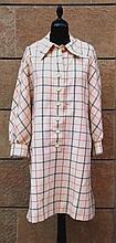 Jean Louis SCHERRER  Robe chemisier à manches longues en laine à carreaux noir et rouge, grand col en pointe.