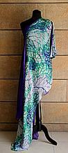 ROBERTO CAVALLI  Robe asymétrique en soie et mousseline de soie ample , forme traine sur le côté , attache à nouer autour de l'épaule , motifs tachetés vert d'eau , bleu turquoise et violet