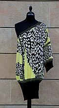 ROBERTO CAVALLI   Robe ample à manches asymétriques en mousseline de soie à motifs léopard et jaune citron, resserrée par une bande en coton étirable noir.