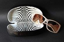 ROBERTO CAVALLI  Paire de lunettes de soleil en lucite crème et sigle de la marque doré.