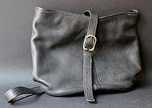 LONGCHAMP   Petit sac en cuir grainé noir.