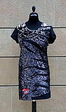 ROBERTO CAVALLI  Robe noire à manches courtes et paillettes rondes argentées et noires, marque inscrite dans un caeur rouge de paillettes.