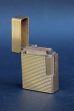 DUPONT  Briquet en métal plaqué or.