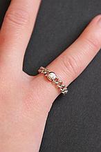 Une alliance en or blanc 18K et diamant d'environ 0,10 CT.