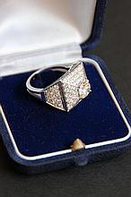 Une bague en or blanc 18K, pavage de diamants et diamant solitaire d'environ 3 CTS (1,25 et 1,75 CTS).