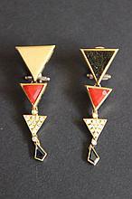 Une paire de boucles d'oreilles en or jaune 18K à motifs en saphir, corail et diamants d'environ 0,50 CT.