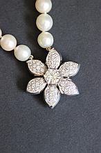 Un collier à double rangs de perles de culture avec fermoir en or blanc 18K et diamants d'environ 3 CTS (1,60).