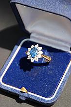Une bague marguerite en or bicolore 18K avec saphir d'environ 1,50 CTS et entourage de diamants d'environ 1,10 CTS.