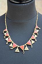 Un collier en or jaune 18K à motifs en saphir, corail et diamants d'environ 0,50 CT.