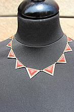 Un collier en or jaune 18K à motif de triangles en corail et diamants d'environ 1,80 CTS.