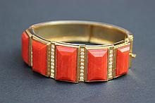Un bracelet en or jaune 18K avec corail et diamants d'environ 0,70 CT.