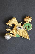 Une broche en or jaune 18K à motif de dragon en émail, perle et diamants d'environ 0,70 CT.