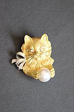 Une broche en or jaune 18K à motif de chat en perle et diamants d'environ 0,20 CT.