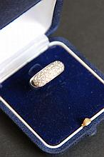 Une bague jonc en or blanc et pavage de diamants d'environ 0,9 CT.