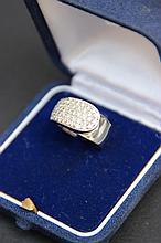 Une bague en or blanc pavée de diamants (0,90 CT).