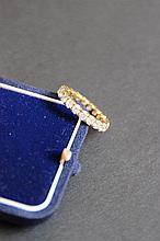 Une alliance en or jaune 18K et diamants d'environ 2,10 CTS.