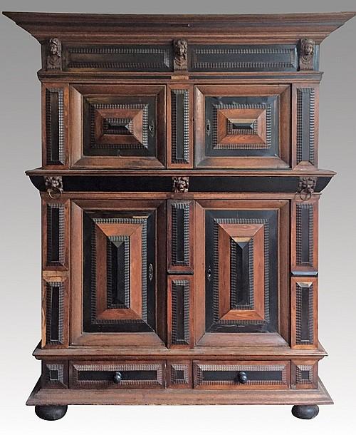 Armoire ouvrant par quatre portes et deux tiroirs en partie for Armoire penderie deux portes