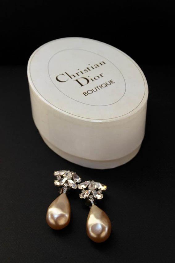 Christian DIOR Paire de pendants d'oreilles fantaise ornés de strass et d'une perle baroque