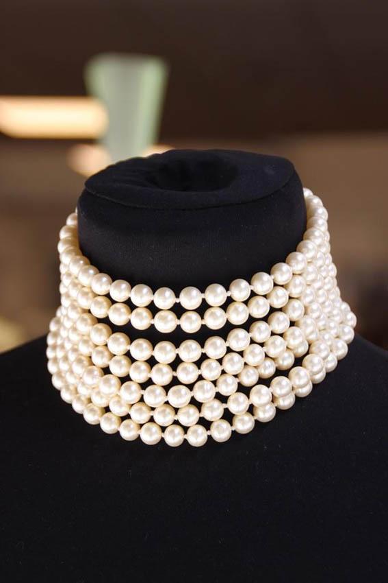 CHANEL Collier ras du cou à sept rangs de perles fantaisie blanche