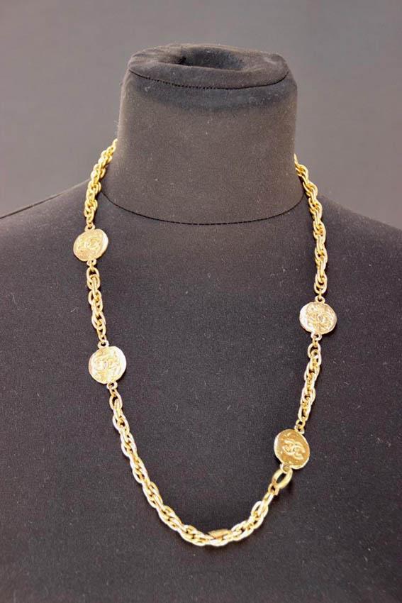 CHANEL Collier en métal doré à motif de médailles