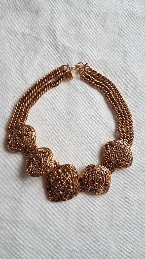 CHANEL Collier en métal doré formé d'un