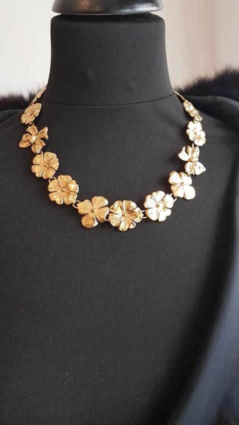 YVES SAINT LAURENT Collier en métal doré composé