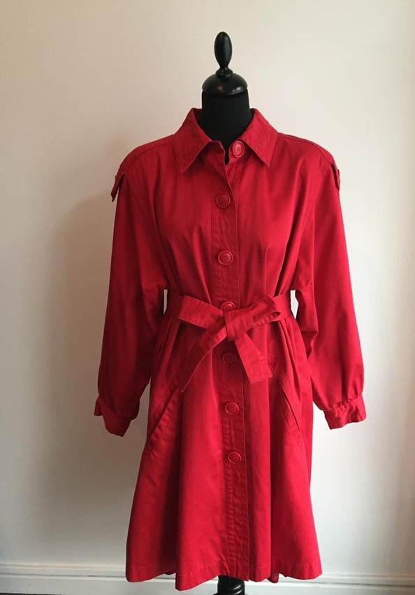YVES SAINT LAURENT Imperméable trench en coton rouge, ceinture