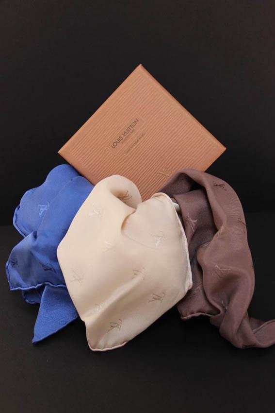 Louis VUITTON Lots de 6 mouchoirs de poche de couleur crème, bleu et chocolat