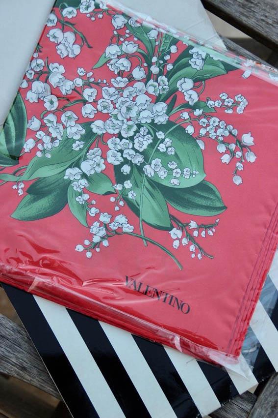 VALENTINO Carré en soie imprimée rouge à décor de muguet