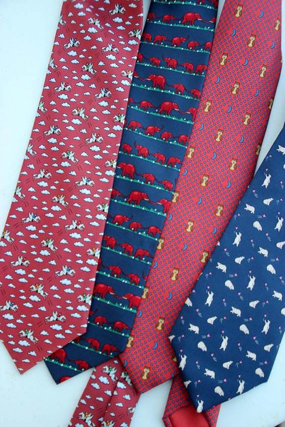HERMES Lot de 4 cravates en soie imprimée